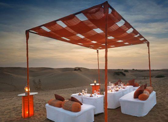 Cena en las dunas de arena
