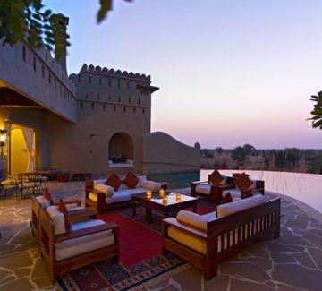 Mihir Garh - Lounge junto a la piscina